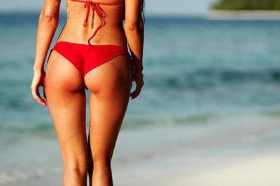 Девушка на пляже без целлюлита