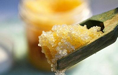 Сахарно-солевой скраб от целлюлита и растяжек: рецепты, применение